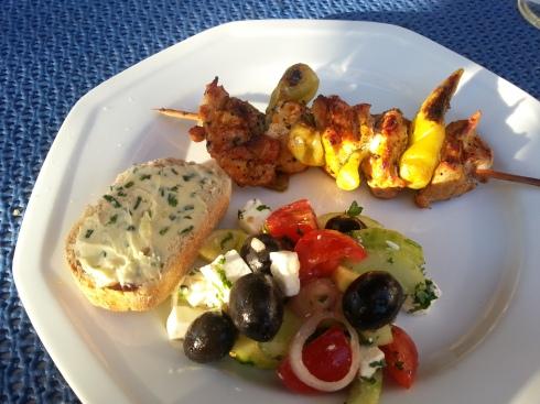 Grillspieß mit Salat und Kräuterbutterbrot